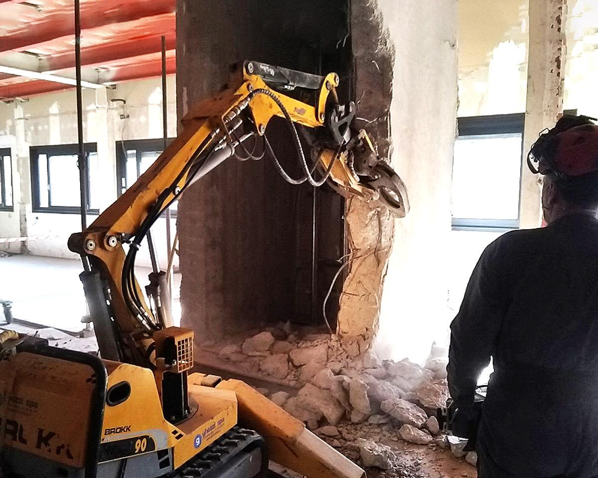 Demolizione con robot elettrico radiocomandato FG Commerce & Demolition